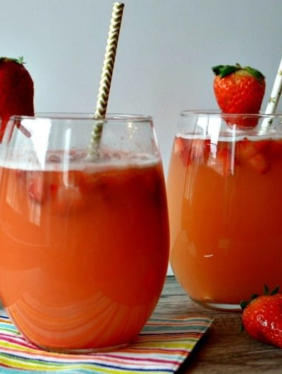 Strawberry Pineapple Spritzer Mocktail: A sparkling, fruity spring time favorite