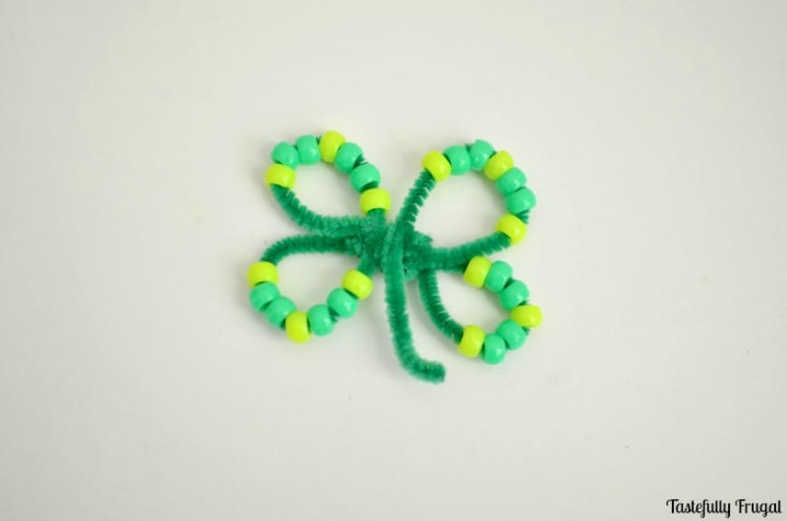 Four Leaf Clover Pipe Cleaner Kids Craft! Such a fun and affordable St. Patrick's Day Craft! Tutorial at www.overthebigmoon.com!